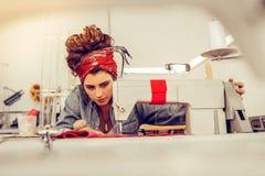 Creatieve tailoress die een kleding in een studio naaien stock foto
