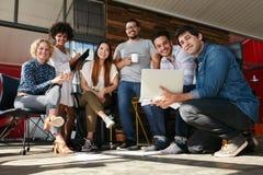 Creatieve teamvergadering om professioneel project te bespreken stock afbeeldingen