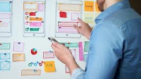 Creatieve UX-ontwerper die bruikbaarheidsonderzoek voor mobiele toepassing doen stock footage