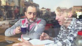 Creatieve vergadering in een koffie stock video