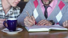Creatieve vergadering in een koffie Close-up stock videobeelden