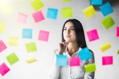 Creatieve vrouw het Denken gebruiksnota's om idee te delen Bedrijfsbureau stock fotografie
