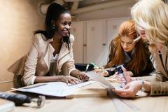 Creatieve vrouwen die aan project werken stock afbeeldingen