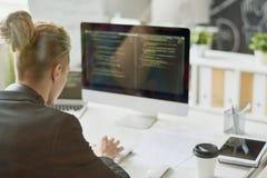 Creatieve Webontwikkelaar Writing Code stock afbeelding