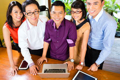 Creatieve Zaken Azië - Team Meeting in bureau Stock Afbeelding