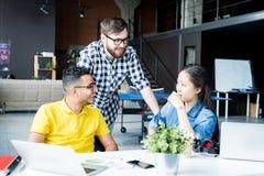 Creatieve Zaken Team Chatting in Bureau stock foto's
