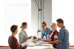 Creatieve Zaken Team Communicating stock afbeelding