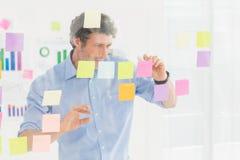 Creatieve zakenman die post-it bekijken Stock Foto