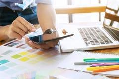 Creatieve zakenman gebruikend tablet en werkend aan kleurengrafieken aan bureau op een modern kantoor royalty-vrije stock foto's