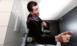 Creatieve zakenmanzitting op toilet Royalty-vrije Stock Afbeeldingen