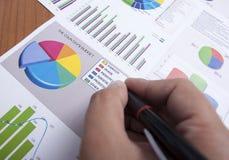 Creatig un diagramma del bilancio Fotografia Stock Libera da Diritti