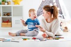 Creatividad de los niños hijo de la madre y del bebé que une foto de archivo libre de regalías