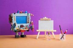 Creatividad robótica e inteligencia artificial El ordenador con las herramientas, caballete de madera, cepillos del artista del r foto de archivo libre de regalías