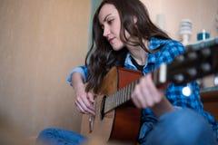 creatividade Rapariga que joga a guitarra acústica fotos de stock