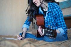 creatividade retrato quadro de uma moça que joga uma guitarra acústica fotos de stock