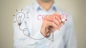 Creatività, concetto d'ardore della lampadina, scrittura dell'uomo sullo schermo trasparente Fotografia Stock