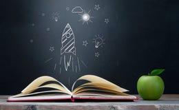 Creatività del libro aperto e concetto di apprendimento immagini stock