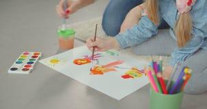 Creatività di sviluppo della mamma del bambino attraverso pittura stock footage