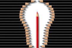 Creativiteit, idee of brainstormings bedrijfsdieconcept, lightbulb vorm door zwarte potloden met rood potlood in het midden wordt royalty-vrije stock foto's