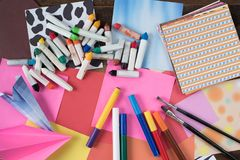 Creativiteitconcept - schets, kleurrijk document, kleurenpotlood, waterverf, verfborstel op houten achtergrond royalty-vrije stock foto's