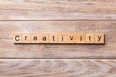 Creativiteitwoord op houtsnede wordt geschreven die creativiteittekst op houten lijst voor uw het desing, concept royalty-vrije stock afbeelding