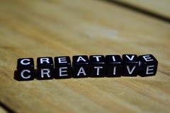 Creativo escrito en bloques de madera Conceptos de la inspiración y de la motivación fotos de archivo