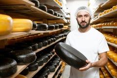 Creatore del formaggio allo stoccaggio del formaggio fotografia stock libera da diritti