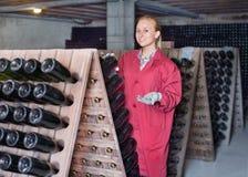 Creatore del vino che prende cura delle bottiglie del condimento Fotografie Stock Libere da Diritti