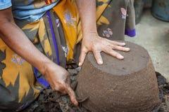 Creatore delle terraglie dell'isola di Lombok Immagine Stock
