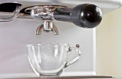 Creatore di caffè con la tazza vuota immagini stock