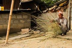 Creatore di canestro del villaggio di Sindhupalchowk dopo il earthqua immagini stock