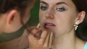 creatore sul contorno dei profili alle labbra della ragazza archivi video