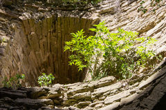 Crecido demasiado con arbustos y una fortaleza de piedra vieja de Koporye Foto de archivo