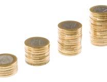 Creciendo una pila euro de la moneda aislada en el fondo blanco Imagen de archivo