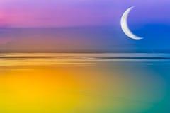 Creciente de la luna y cielo colorido outdoors fotos de archivo