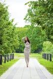 Crecimiento completo, mujer joven hermosa en vestido gris largo atractivo fotos de archivo