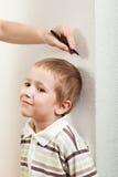 Crecimiento de medición del niño Fotografía de archivo libre de regalías