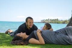 Crecimiento de una familia joven, feliz de la isla Imagen de archivo
