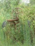 Crecimiento excesivo rural - tractor y malas hierbas Fotografía de archivo