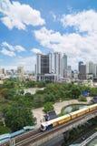 Crecimiento a lo largo de líneas ferroviarias en Bangkok Foto de archivo libre de regalías