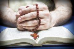Credente cristiano che prega a Dio con il rosario Fotografia Stock Libera da Diritti
