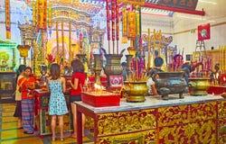 Credenti in cinese il tempio di Guanyin Gumiao, Rangoon, Myanmar Immagine Stock