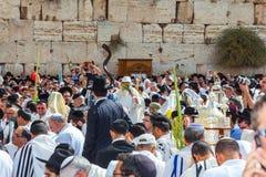 Credenti ebrei in scialli bianchi Fotografia Stock