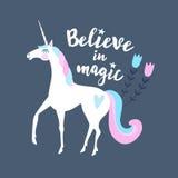 Credi nella magia Testo calligrafico con l'unicorno ed i fiori disegnati a mano royalty illustrazione gratis