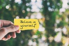 Credi in voi stessi la citazione ispiratrice fotografia stock