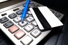 Credit card and ball pen on calculator Stock Photography
