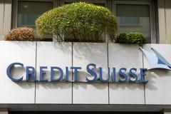 Credit Suisse assina sobre a entrada do escritório imagens de stock royalty free