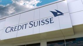 Credit Suisse-Groep embleem op de moderne de bouwvoorgevel Het redactie 3D teruggeven Stock Foto's