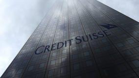 Credit Suisse-Groep embleem op een wolkenkrabbervoorgevel die op wolken wijzen Het redactie 3D teruggeven Stock Foto