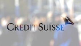 Credit Suisse grupperar logo på ett exponeringsglas mot den suddiga folkmassan på steeten Redaktörs- tolkning 3D Royaltyfri Foto